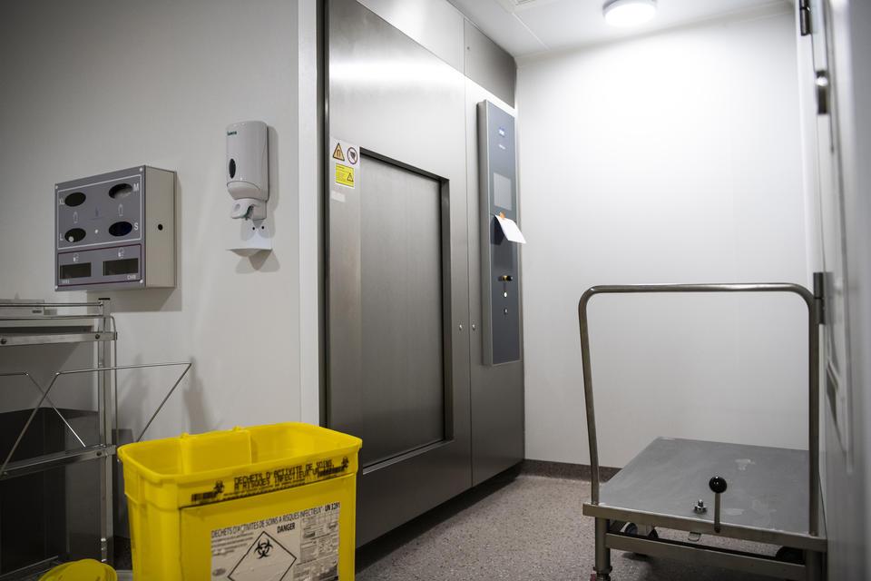 Chaque SAS de sortie est équipé d'un autoclave qui traite les déchets contaminés en éliminant virus et bactéries.
