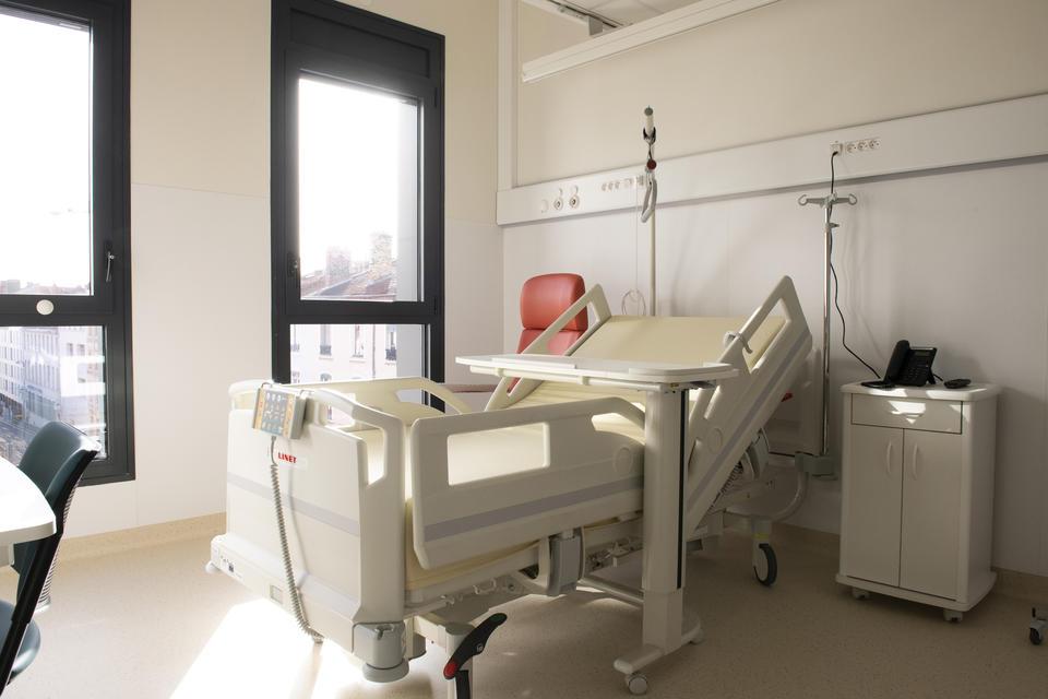 Toutes les chambres sont des chambres seules, offrant une sécurité renforcée pour réduire les risques nosocomiaux.