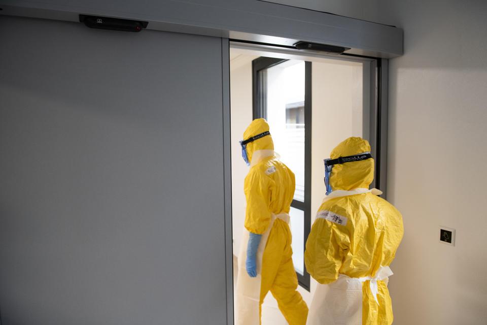 Les équipes accèdent ensuite à la chambre par le SAS d'entrée.