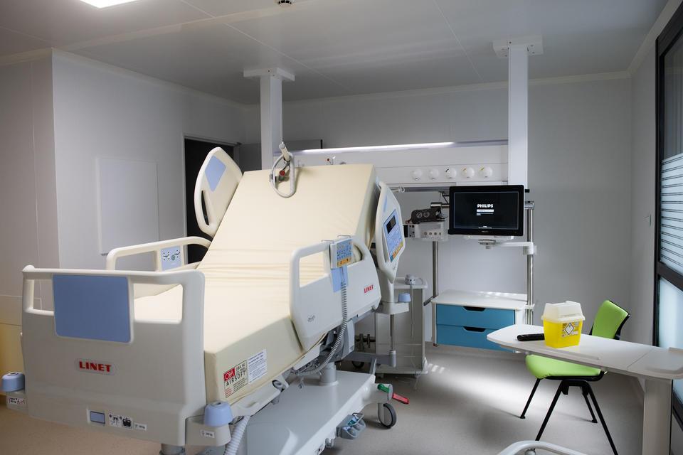 Ces chambres sont équipées de lits de réanimation et peuvent accueillir tout le matériel d'urgence nécessaire, évitant ainsi de transporter le patient.