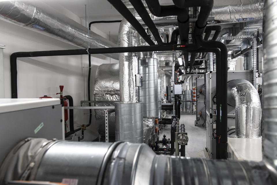 Centrale de traitement d'air au 2ème étage qui permet d'assurer la pression négative à l'intérieur des chambres. Elle emprisonne les pathogènes qui sont aspirés et l'air est renouvelé et filtré 12 fois par heure.