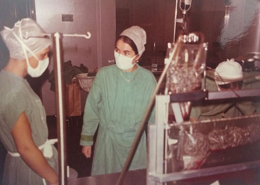 Denise Siché au bloc en 1972 devant la machine de circulation extracorporelle